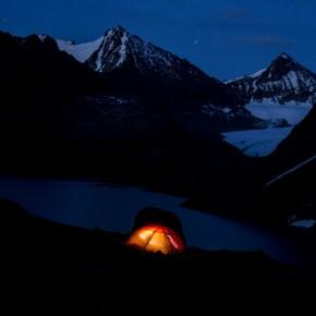Et lille telt under en mægtig himmel